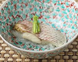 「のど黒蒸し寿司」シャリが隠れるくらい立派なのど黒が自慢。
