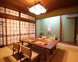 お座敷テーブルの完全個室。ご接待や、ハレの日にそうぞ。