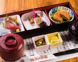 自慢の銅釜炊きご飯や魚・肉・丼ぶりなどお昼のメニューも充実♪