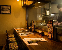 調理する音や香りを感じるオープンキッチンが開放的な店内。