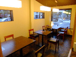 テーブル席で構成された、落ち着いた雰囲気の店内。