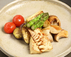 焼き野菜には季節の旬を取り入れて。毎日市場で買い付けます