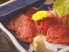生肉を炭火でサッと炙ると、熊肉は噛めば噛むほど甘いいっぴん