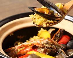 名物土鍋のパエリアは必ず召し上がって頂きたい一品!