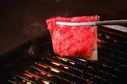 旨味が豊富な赤身肉は、さっと炙って熱々でお召し上がり下さい。