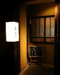 静かに佇む、隠れ家のような空間
