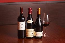 季節に合わせて入荷するワイン。希少な一本に出会えることも。