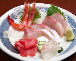 新鮮な魚介のお造りもおすすめです。