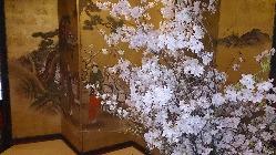 貴重な美術品や調度品で飾られた豪華な店内。