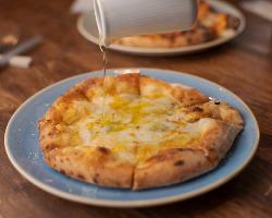 4種チーズのピッツァは、たっぷりはちみつをかけて召し上がれ!