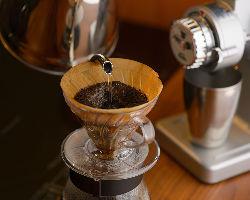 コースを締めくくるコーヒーは、酸味を控えたオリジナルブレンド