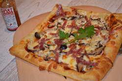 パイ生地を使用したサクサクの特製のピザ!!