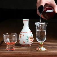 北陸各地の地酒、ビオワインといった厳選美酒。