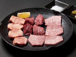 厳選したお肉をタレ または 塩でお召し上がりいただきます。