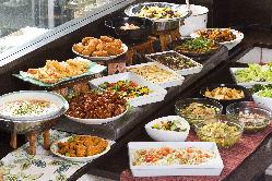 秋の味覚が盛りだくさんのビュッフェ台のお料理も食べ放題!