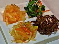 キムチやナムルの盛合せ、枝豆などおつまみも充実。