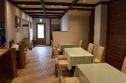 広々とした店内はごゆっくりとお食事をお楽しみ頂ける寛ぎ空間。