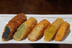 様々な味が楽しめる高岡コロッケも販売しております。
