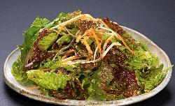 自家製ドレッシングと多種類の野菜を使用したあじめ特製のサラダ