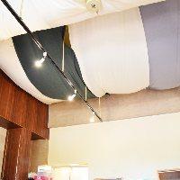 開放感のあるワンフロア。天井にはおしゃれなインテリア♪