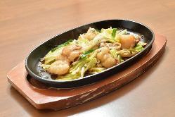 ◆ホルモン鉄板焼◆ 肉も野菜もしっかりと味わえる一皿です。