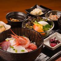 【定食】 海の恵みをたっぷりと使用した海鮮丼定食なども◎