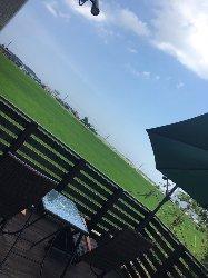 田園に囲まれたのどかな雰囲気。テラス席はペット同伴OK!