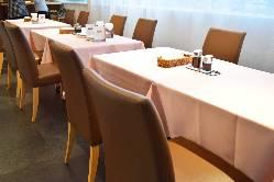 店内は4人がけのテーブル5席にカウンター4席。