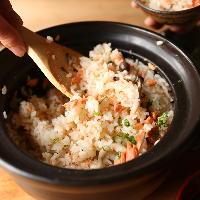 季節の食材を使った土鍋ごはんはお味噌汁付き!