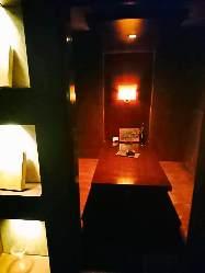 シックで落ち着く雰囲気の店内にはカウンターと個室がございます
