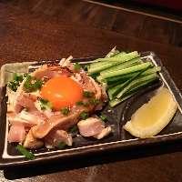 「鶏ユッケ」 厳選した卵と特製のタレが美味しさを引き立てる♪