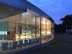大きなガラス窓が印象的な美術館のレストラン 《Fusion 21》