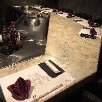 ライブ感を味わえるカウンター席では、鉄板料理をどうぞ。