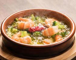 アヒージョやタパス料理など、一品料理も豊富なラインナップ◎