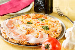 こだわりの窯焼きピッツァは香ばしい香りとサクサク食感が絶品!