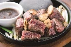 ジューシーな食感の虜に「特選牛ハラミ肉サイコロステーキ」