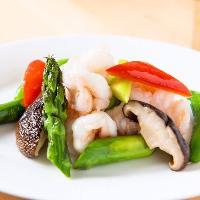 ぷりぷりの海老を旬の野菜とさっと炒めたシンプルな料理も◎