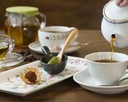食後は温かい紅茶やコーヒーと共に自家製デザートを楽しんで