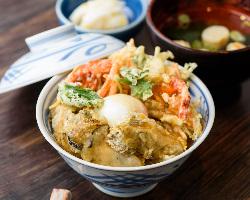 甘海老かき揚げと牡蠣の天ぷらが楽しめる『Wカキ天丼』も人気◎