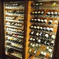 世界各国のワインを100種以上取り揃えております。