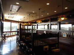 店舗南側 64席 空港内とは思えない、開放的な窓のある店内。