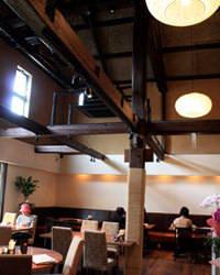 高い天井を生かした 開放感あふれる1階店内