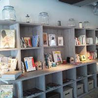 本棚が並ぶ店内で、ゆったり寛いでお過ごしください♪