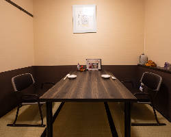 カウンター奥に完全個室の4名様用のお部屋もございます。