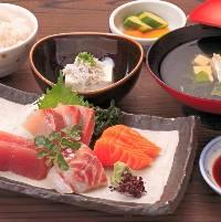 『三津の朝市刺身定食』など、ランチメニューも豊富♪