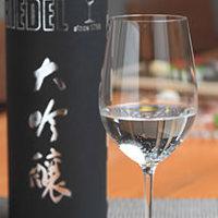 豊富な種類をご用意している日本酒はワイングラスで