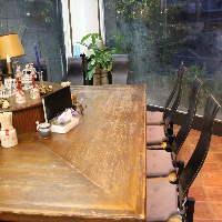 木目調のテーブルで落ち着いた雰囲気です