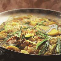スパイシーな香りとまろやかな辛さが美味しいカレーもつ鍋。