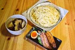 つけ麺専用の太麺を使用。もちろん国産小麦100%。