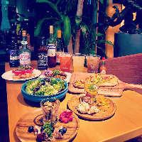 M'sカレーにサラダとスパニッシュオムレツ付き750円(税込)